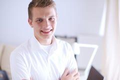 Jonge bedrijfsmens die in bureau, status werken Jonge BedrijfsMens Royalty-vrije Stock Afbeelding