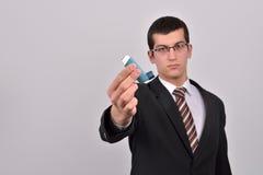 Jonge bedrijfsmens die een astmainhaleertoestel houden om problemen te behandelen royalty-vrije stock fotografie