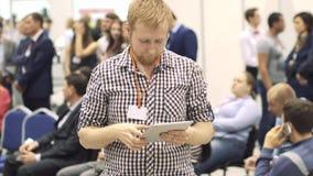 Jonge bedrijfsmens die een markering op een tabletcomputer doen op een conferentie de aantrekkelijke mens gebruikt een tabletcomp stock videobeelden