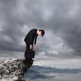 Jonge bedrijfsmens die gedeprimeerd kijken Stock Foto