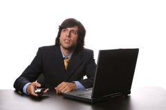 Jonge bedrijfsmens die met zijn laptop werkt Royalty-vrije Stock Afbeelding