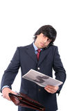 Jonge bedrijfsmens die op cellphone spreekt Stock Afbeeldingen