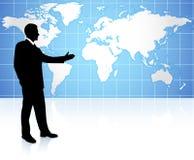 Jonge bedrijfsmens die op wereldkaart richt Stock Foto