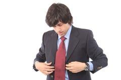 Jonge bedrijfsmens die, over zijn vuile band ongerust wordt gemaakt Stock Fotografie