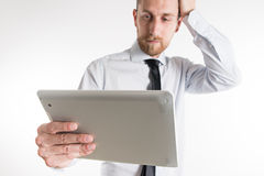 Jonge bedrijfsmens die zijn tablet bekijken Royalty-vrije Stock Afbeelding