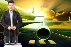Jonge bedrijfsmens en reizende bagage die zich voor pa bevinden royalty-vrije stock afbeeldingen