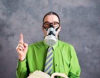 Jonge bedrijfsmens in groen overhemd met gasmasker Royalty-vrije Stock Afbeelding