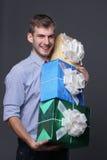 Jonge bedrijfsmens met giften Royalty-vrije Stock Fotografie