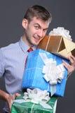 Jonge bedrijfsmens met giften Stock Fotografie