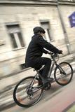 Jonge bedrijfsmens op een fiets Stock Foto