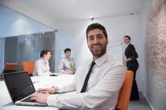 Jonge bedrijfsmens op vergadering Stock Afbeeldingen