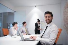 Jonge bedrijfsmens op vergadering Stock Foto's