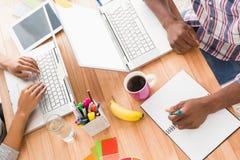 Jonge bedrijfsmensen die bij laptops werken Royalty-vrije Stock Foto's