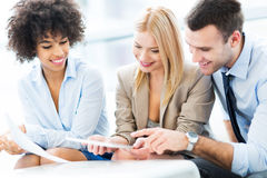 Jonge bedrijfsmensen die in bureau bespreken Royalty-vrije Stock Afbeeldingen