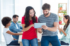 jonge bedrijfsmensen die een tablet gebruiken Stock Afbeeldingen