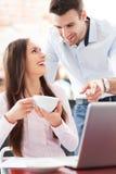 Bedrijfs mensen die laptop met behulp van bij koffie Royalty-vrije Stock Afbeeldingen