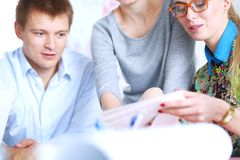 Jonge bedrijfsmensen die op kantoor aan nieuw project werken Jonge bedrijfsmensen Stock Foto