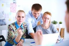 Jonge bedrijfsmensen die op kantoor aan nieuw project werken Jonge bedrijfsmensen Royalty-vrije Stock Afbeeldingen