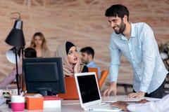 Jonge bedrijfsmensen die op kantoor aan nieuw project werken opstarten, concept, team royalty-vrije stock foto's