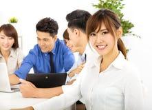 Jonge bedrijfsmensen die op vergadering samenwerken Stock Afbeeldingen