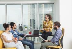 Jonge bedrijfsmensen in een vergadering stock foto