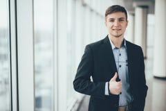 Jonge bedrijfsmensen gaande duim omhoog op het kantoor royalty-vrije stock fotografie
