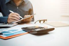 Jonge bedrijfsmenseninspecteur in financieel verslag royalty-vrije stock foto's