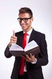 Jonge bedrijfsmensenlezing over succes Stock Fotografie