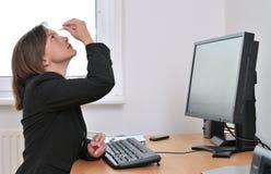 Jonge bedrijfspersoon die ogen toepast Stock Foto's