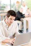 Jonge bedrijfsstudenten - zakenman vooraan Stock Afbeelding