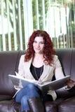 Jonge bedrijfsvrouw aan het werk met een bindmiddel Stock Fotografie