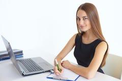 Jonge bedrijfsvrouw in bureau Stock Afbeelding
