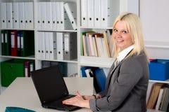 Jonge bedrijfsvrouw in bureau Stock Foto's