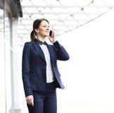 Jonge bedrijfsvrouw in de grote stad Royalty-vrije Stock Foto's
