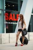 Jonge bedrijfsvrouw die buiten het winkelen plein met haar lopen Stock Afbeelding