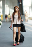 Jonge bedrijfsvrouw die buiten het winkelen plein met haar lopen royalty-vrije stock foto's