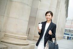 Jonge bedrijfsvrouw die buiten lopen royalty-vrije stock afbeeldingen
