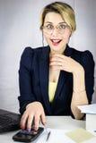 Jonge bedrijfsvrouw die calculator gebruikt Royalty-vrije Stock Afbeeldingen