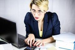 Jonge bedrijfsvrouw die calculator gebruikt Royalty-vrije Stock Afbeelding