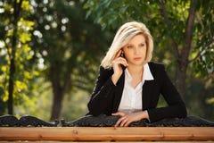 Jonge bedrijfsvrouw die de celtelefoon uitnodigen Stock Foto's