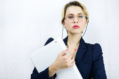 Jonge bedrijfsvrouw die een dossier op witte achtergrond houden Stock Afbeeldingen
