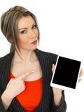 Jonge Bedrijfsvrouw die een Tablet houden Royalty-vrije Stock Fotografie