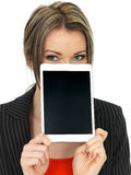 Jonge Bedrijfsvrouw die een Tablet houden Royalty-vrije Stock Foto's