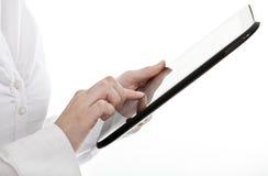 Jonge bedrijfsvrouw die een tabletcomputer met behulp van Royalty-vrije Stock Foto