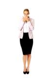 Jonge bedrijfsvrouw die haar mond behandelen met twee handen stock foto's