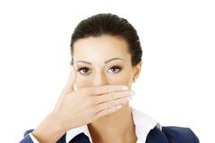 Jonge bedrijfsvrouw die haar mond behandelt stock foto