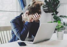 Jonge bedrijfsvrouw die het een harde werk hebben Stock Foto