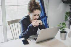 Jonge bedrijfsvrouw die het een harde werk hebben Stock Afbeeldingen