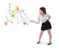 Jonge bedrijfsvrouw die kleurrijke grafieken en diagrammen voorleggen royalty-vrije stock afbeelding