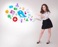 Jonge bedrijfsvrouw die kleurrijke sociale pictogrammen voorstellen Royalty-vrije Stock Foto's